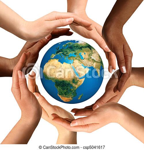 multiracial, entourer, globe, la terre, mains - csp5041617