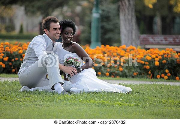 multiracial párosít, esküvő - csp12870432