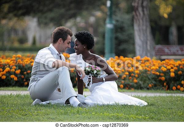 multiracial párosít, esküvő - csp12870369