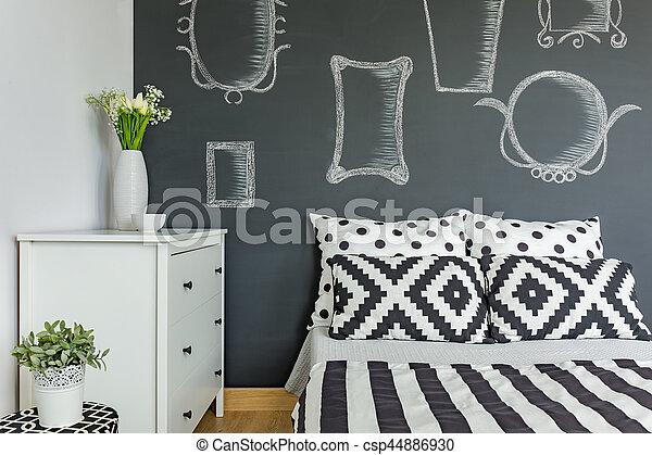 Mur, tableau noir, chambre à coucher. Miroirs, mur, tableau noir ...