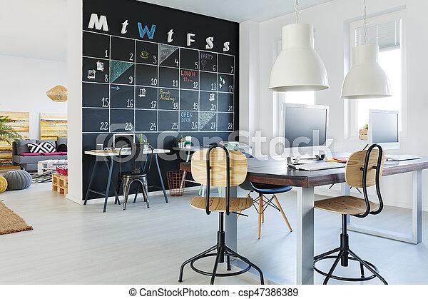 Mur tableau noir ouvert espace de travail chaises tableau