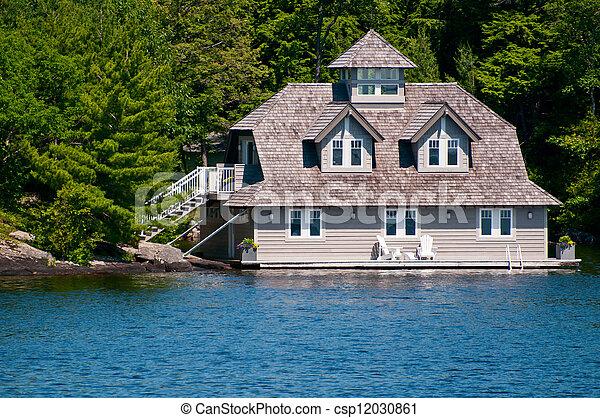 Luxus Bootshaus auf See muskoka - csp12030861