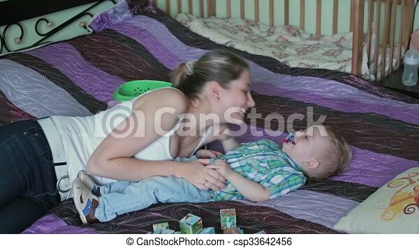 Bett mutter mit sohn im Mutter Mit