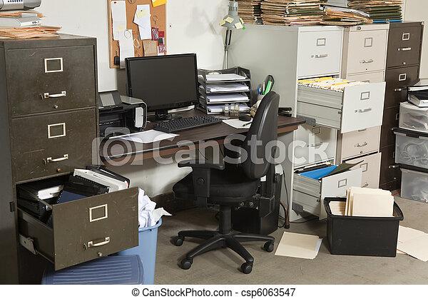 muy, oficina desordenada - csp6063547