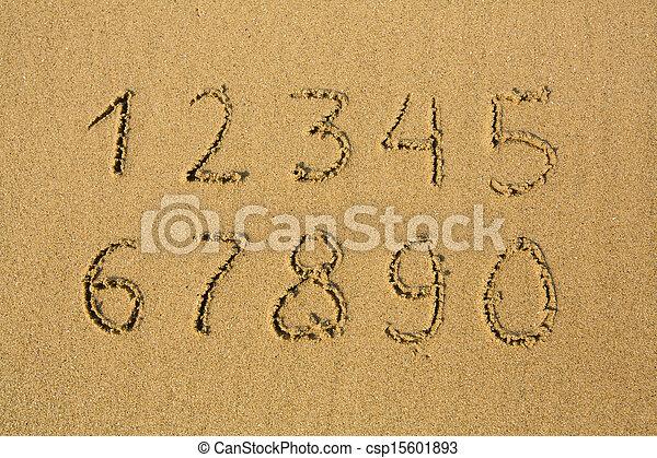 Números de uno a diez, escritos en una playa de arena. - csp15601893