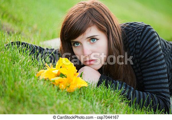 nő, fű, fiatal, fekvő, bús - csp7044167