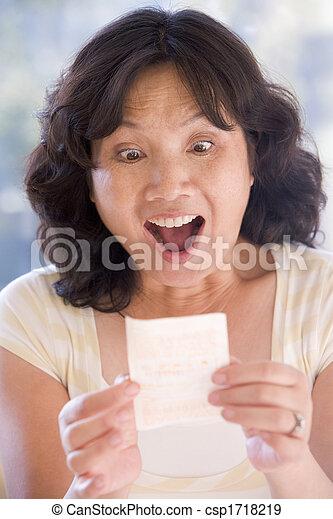 nő, lottó, nyertes jelöltnévsor, mosolygós, izgatott - csp1718219