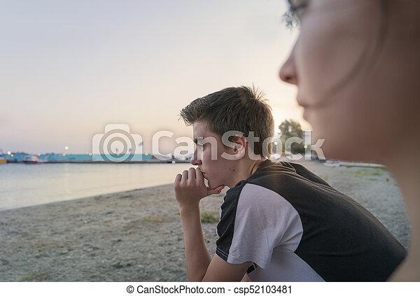 nachdenklich, mann, blick, meer, junger - csp52103481