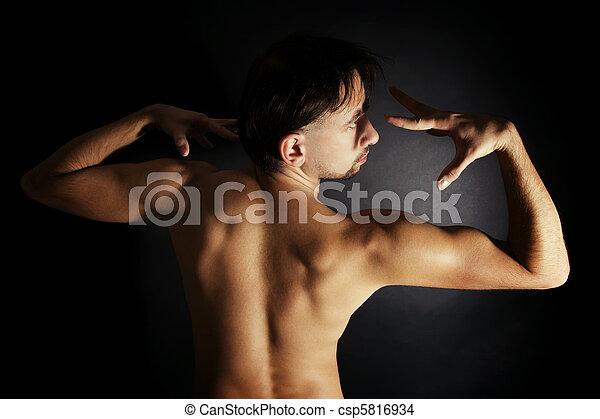 nackt und gebräunt
