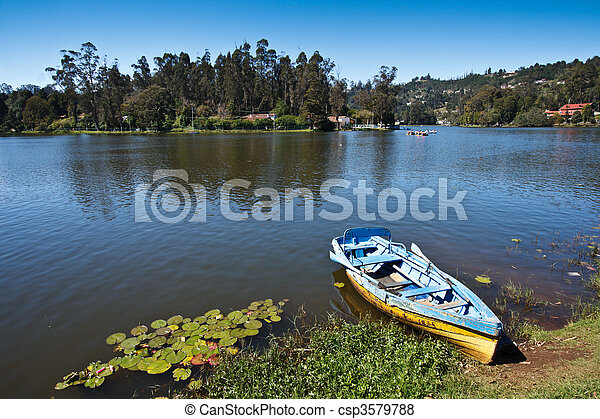 Barco en el lago. Kodaikanal, tamil nadu, India - csp3579788
