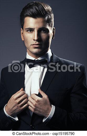 Nahaufnahme eines jungen, hübschen Mannes mit Fliege - csp15195790