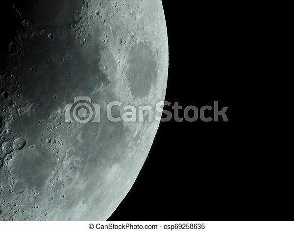 Eine sehr scharfe Nahaufnahme des aufsteigenden Mondes am Nachthimmel - csp69258635