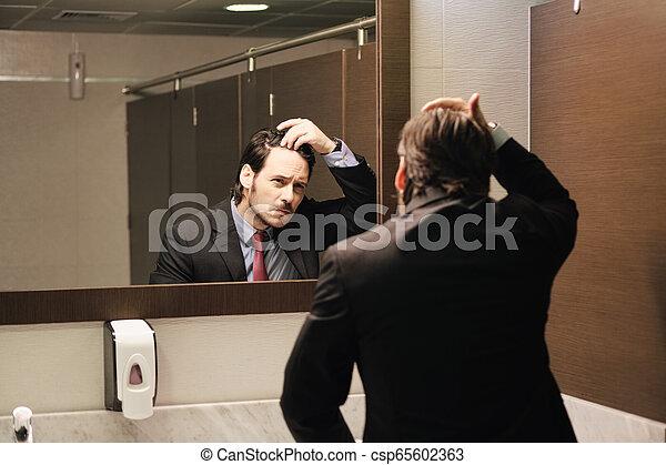 naissance cheveux, bureau, business, inquiété, regarder, hispanique, restrooms, homme - csp65602363