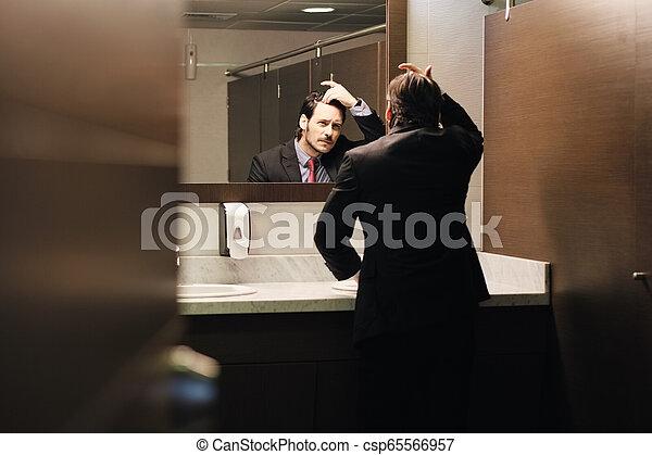 naissance cheveux, bureau, business, inquiété, regarder, hispanique, restrooms, homme - csp65566957