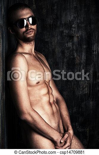 Голые Пацанчик Без Одежды Поливает Газон   Мужчины Фото