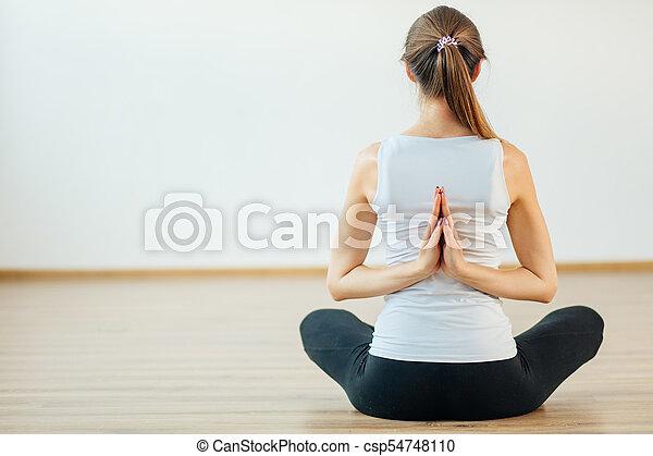 namaste femme pratiquer dos derrière yoga namaste