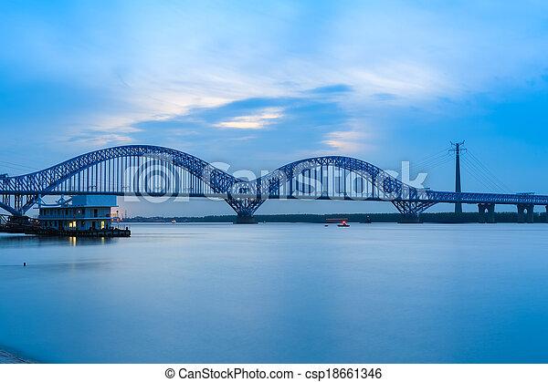 nanjing, zmierzch, kolej żelazna, rzeka, most, yangtze - csp18661346