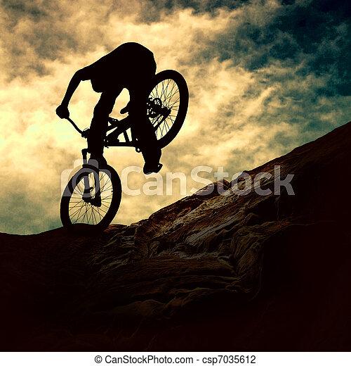 napnyugta, ember, árnykép, muontain-bike - csp7035612