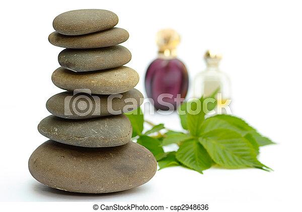 Wellness-Produkte befeuchten Spasteine und überblenden weißen Hintergrund - csp2948636