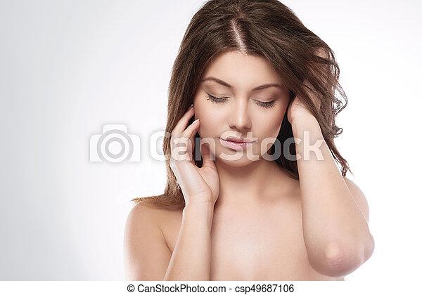 Natürliche Frau im Studio - csp49687106