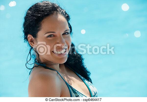 Una joven sentada en la piscina - csp6464417