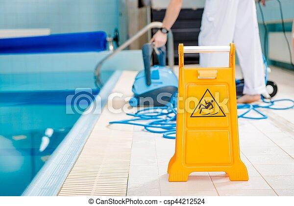 Piso de piscina resbaladizo - csp44212524