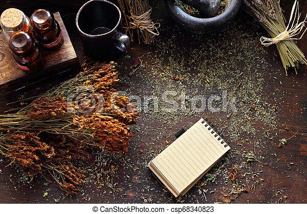 Medicina de hierbas, una composición natural de hierbas. Hierba de San Juan, - csp68340823