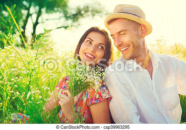 natuur, paar, jonge, buitenshuis, het genieten van, vrolijke  - csp39963295