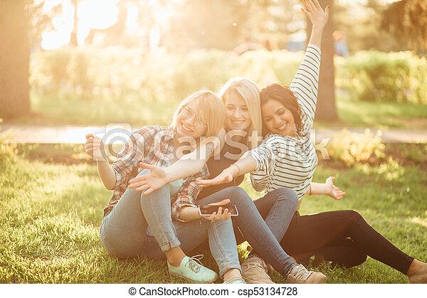 natuur, uitgeven, jonge, dag, terwijl, lachen, plezier, het genieten van, hebben, vrouwen - csp53134728