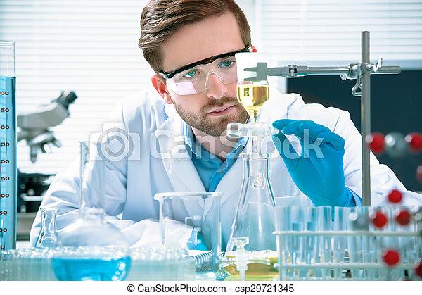 naukowiec, pracujący - csp29721345