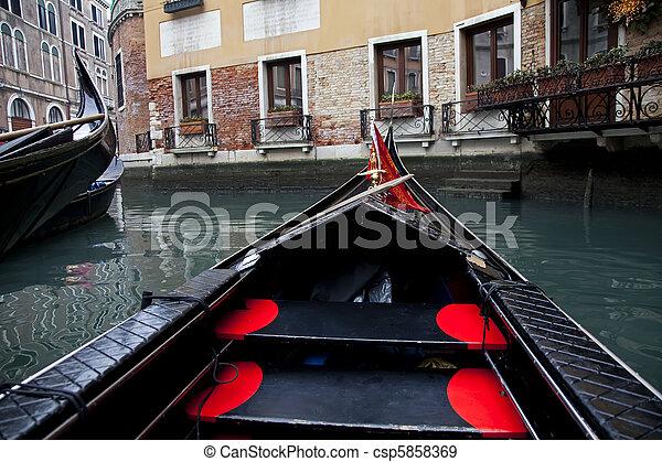 Gondola navegando en canal de Venecia - csp5858369