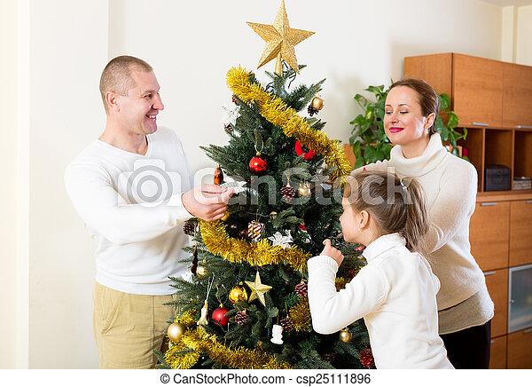 Familia preparándose para Navidad - csp25111896