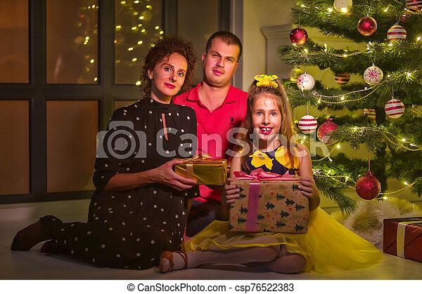 navidad, feliz, grande, árbol., familia , niños - csp76522383