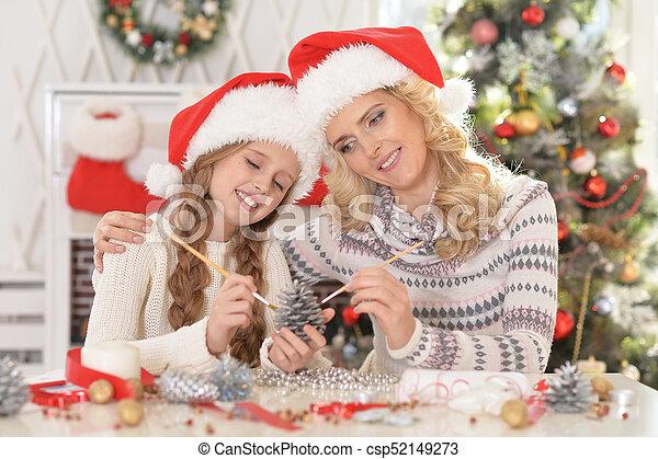 Madre e hija preparándose para Navidad - csp52149273
