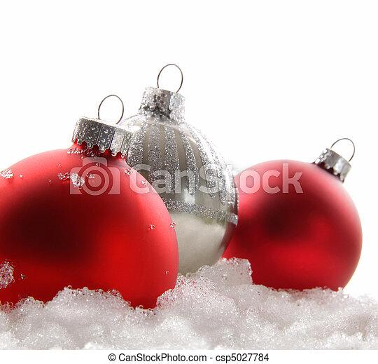 Tres bolas de Navidad rojas en la nieve - csp5027784