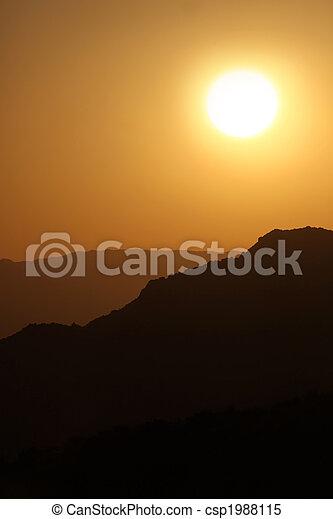 nebuloso, silueta, vertical, montanhas, nebuloso, amanhecer - csp1988115