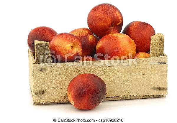 Néctarinas frescas en una caja de madera - csp10928210