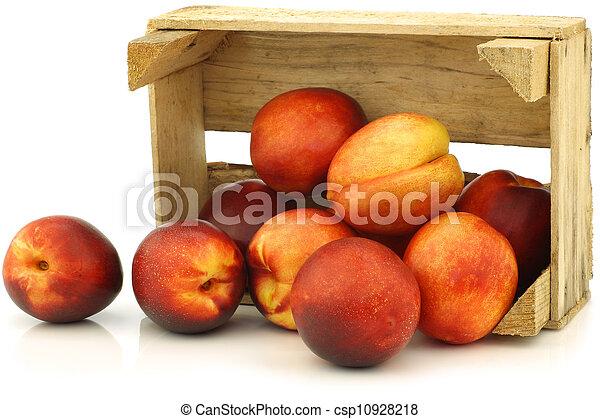 Néctarinas frescas en una caja de madera - csp10928218