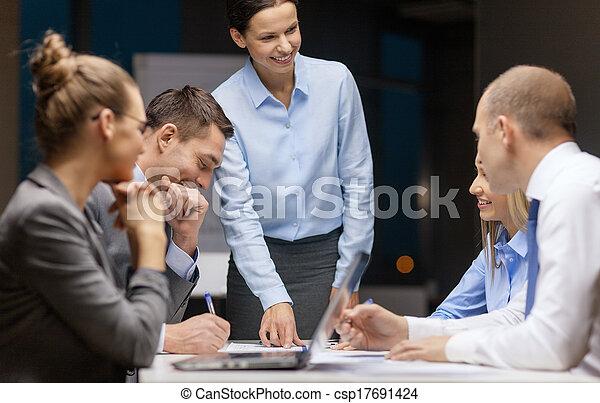 negócio, saliência, falando, femininas, equipe, sorrindo - csp17691424