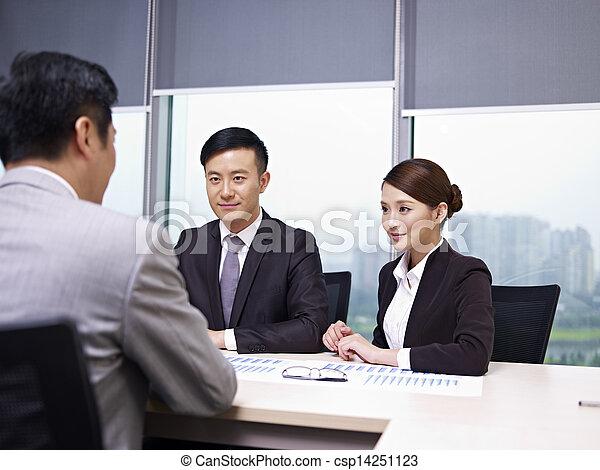 Gente asiática de negocios - csp14251123