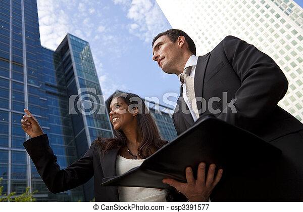 Equipo de negocios interracial masculino y femenino en la ciudad moderna - csp3391577