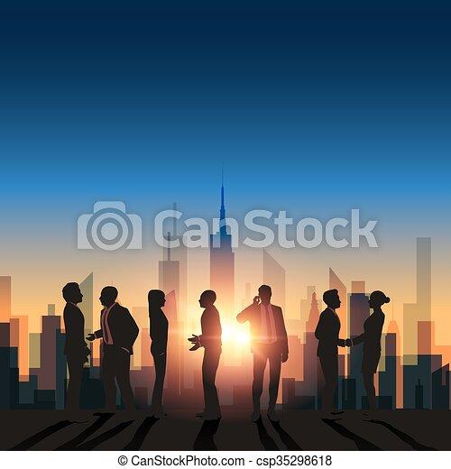 Reunión de negocios abstracta con antecedentes de Sunset City - csp35298618
