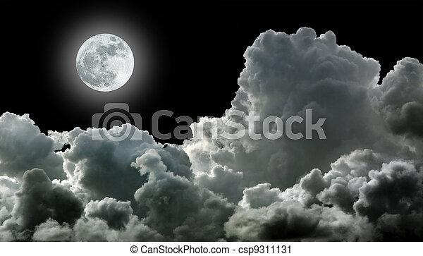 Luna en negras nubes de tormenta - csp9311131