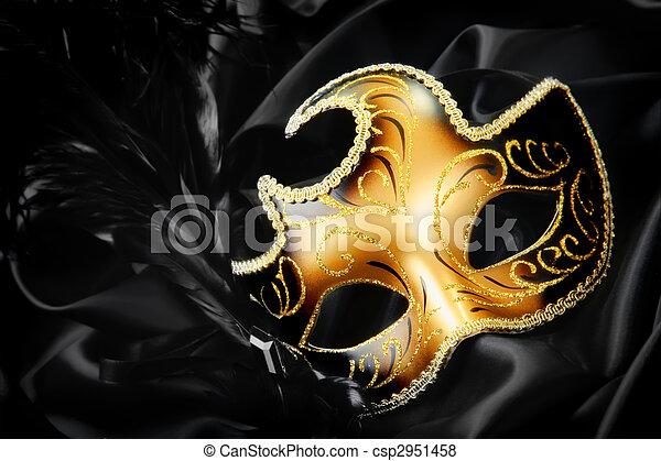 Máscara de carnaval sobre fondo de seda negra - csp2951458