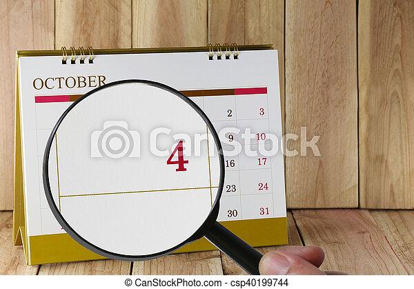 negyedik, october., konzerv, magasztalás, hónap, naptár, szám 4, néz, dátum, kéz, összpontosít, pohár, ön - csp40199744