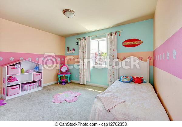 Una pequeña con cama blanca. - csp12702353