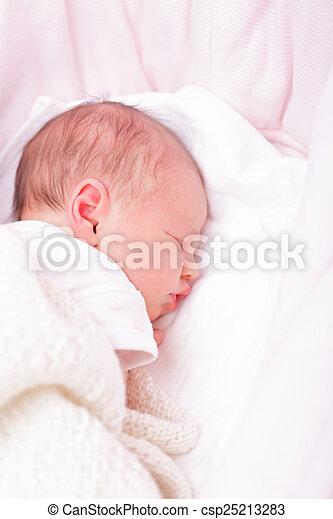Neugeborenes Baby in einem Bassin - csp25213283