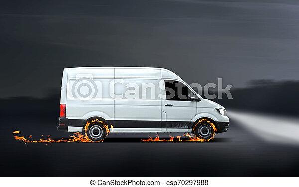 Una furgoneta de reparto rápida con neumáticos quemados - csp70297988