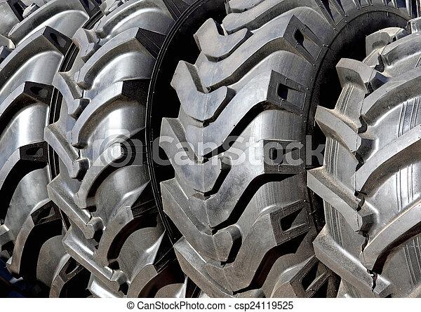 Nuevos neumáticos tractores negros - csp24119525