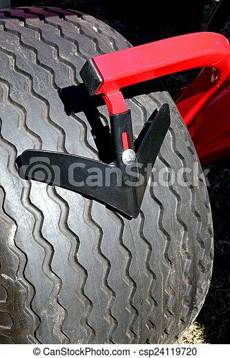 Nuevos neumáticos tractores negros - csp24119720